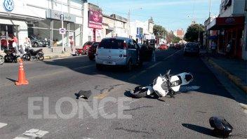 Un auto y una moto chocaron en una esquina con semáforos