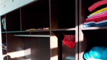 Robaron jeans y otras prendas de una tienda: Dejaron los percheros vacíos