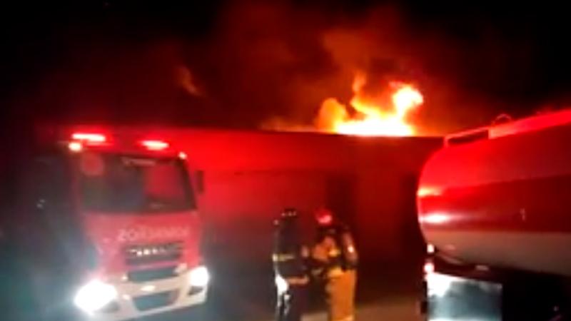 Voraz incendio en la fábrica Flexigom