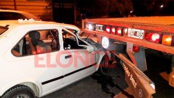 Un auto impactó de atrás a un camión: el conductor