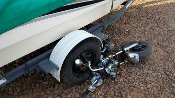 Madre e hija iban en moto y terminaron bajo las ruedas de un tráiler