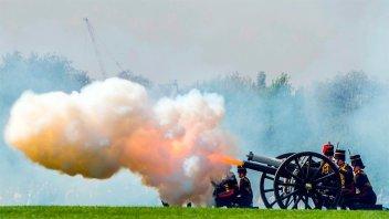 Con salvas de cañón, comenzaron los festejos por los 92 años de la reina Isabel