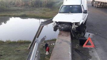 Camioneta despistó y chocó contra el guardarrail de un puente