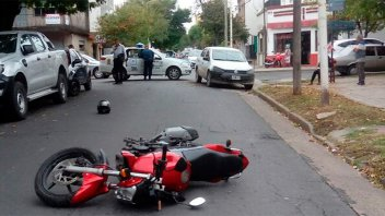 Motociclista fue chocado por un auto y quedó a 10 metros del lugar del impacto