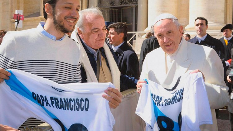 La historia tras las fotos del Papa Francisco con la camiseta del Club Don Bosco