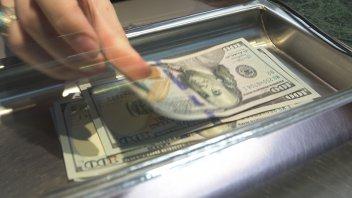 El dólar volvió a operar en baja y cerró a $43,668