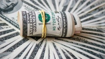 El dólar subió cinco centavos y cerró a 28 pesos