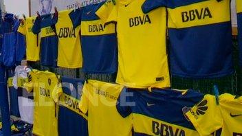 Pasión azul y oro: Vendedores ambulantes ofrecen camisetas y gorritos de Boca