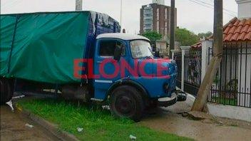 Camión se subió a la vereda y casi se incrustó en una casa en Paraná