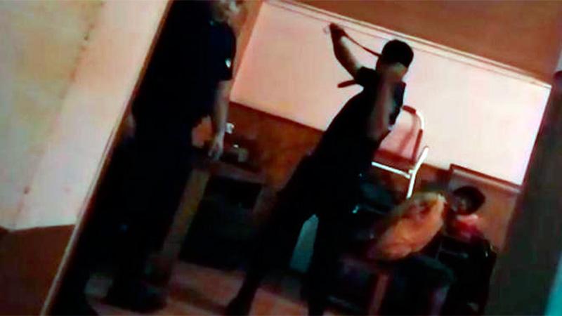 Policías le pegan cintazos a un detenido para que