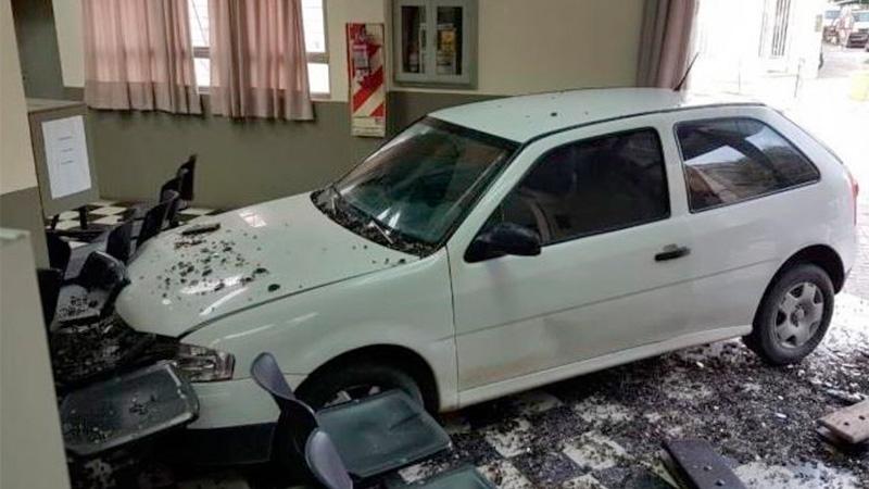 El auto destruyó parte de las oficinas.