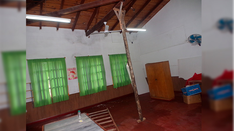 Así apuntalan los tirantes del techo para evitar su caída