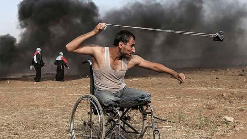 La imagen de Fadi Abu Salah resistiendo el bombardeo con una boleadora.