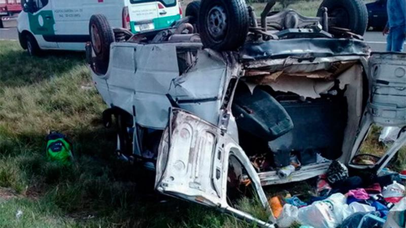 Tres muertos al chocar un camión y una combi