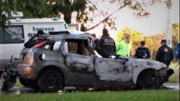 Trágico siniestro: un auto chocó contra un camión, se incendió y hay un muerto