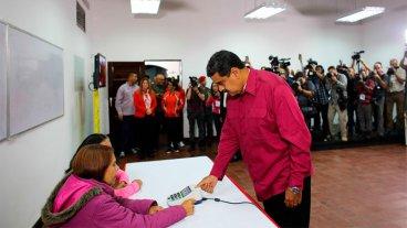 Luego de emitir su voto, Maduro abogó por unas elecciones