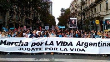 Manifestantes marchan al Congreso en rechazo a la despenalización del aborto