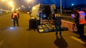 Secuestraron una camioneta con sustancias corrosivas y productos comestibles