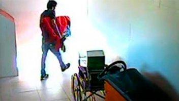 Video: Robó un televisor del hospital pero quedó filmado