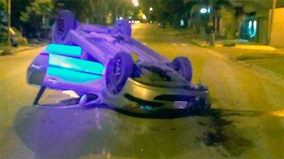 Choque y vuelco a la madrugada en Paraná: El conductor tuvo lesiones leves