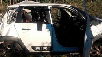 Despistaron con el auto al chocar a un perro: Una pareja y su hija están graves