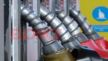 Petroleras anunciarían una baja de precios en las naftas