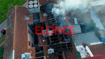 Incendio afectó a dos departamentos en Paraná: El fuego hizo colapsar el techo