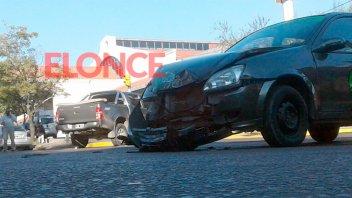Alguien pasó en rojo: Violento choque en la zona de la terminal de colectivos