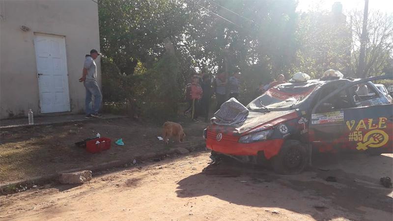 Probaban el auto para el Rally pero un caballo suelto generó peligroso vuelco
