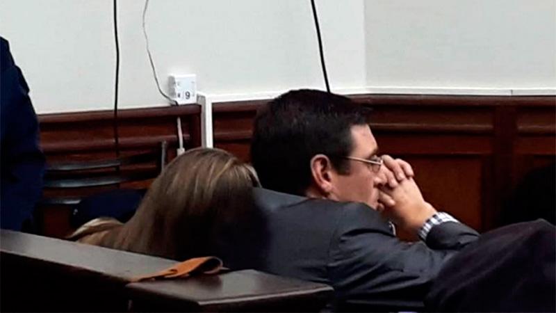 Nahir recostada en el hombro de uno de sus abogados