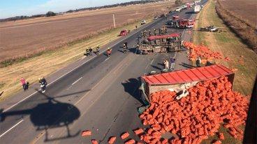 Choque frontal entre un auto y un camión se cobró la vida de tres personas