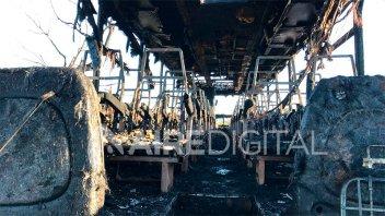 Fotos y video: Un colectivo se prendió fuego en plena marcha