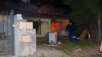 Una vivienda ardió en llamas cuando una pareja y su bebé dormían