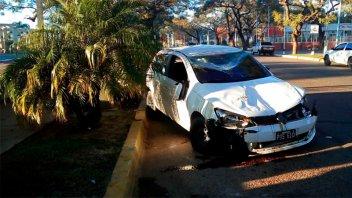 Joven destrozó su auto al volcarlo en la costanera de Concordia