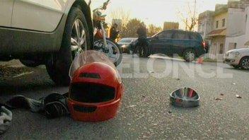 Motociclista colisionó contra una camioneta y terminó bajo un auto estacionado