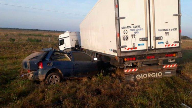 Dos personas murieron tras chocar contra un camión