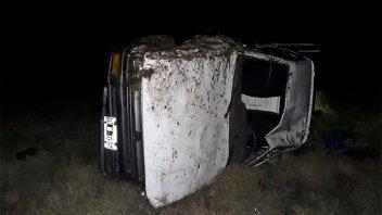 Destrozó su camioneta al volcar sobre la Autovía por un desperfecto mecánico
