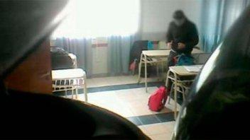 Filmaron a un profesor mientras robaba a sus alumnos