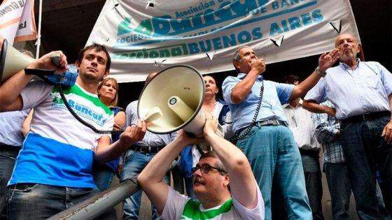 Bancarios reabrió paritaria y ya iguala la suba salarial del 25% de Camioneros