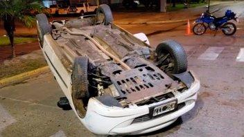 Joven conductora volcó su auto en transitada avenida de Federación