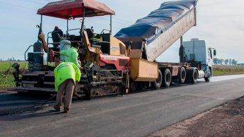 Trabajan en la pavimentación del acceso a San Antonio