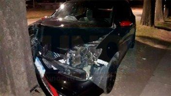 Iba a alta velocidad, perdió el control del auto y chocó contra un árbol