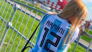 La colombiana que se calzó la celeste y blanca: El mensaje de la mujer de Armani