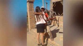 La historia detrás del video de joven que entregó su título a su padre albañil