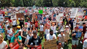 Miles de estadounidenses marcharon contra la política migratoria de Trump