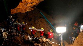 Chicos atrapados en una cueva de Tailandia: Lograron instalar tanques de oxígeno