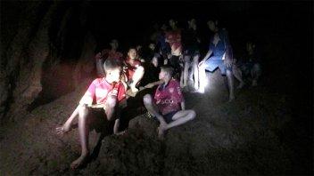 Video: Las primeras palabras a los niños hallados una cueva