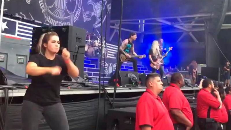 Interpretó un show de rock con lenguaje de señas.