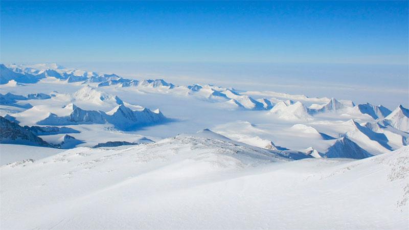 Macizo Vinzón, la montaña más alta del continente Antártico.