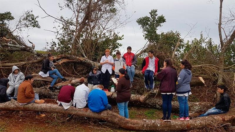 Un tornado les voló la escuela.